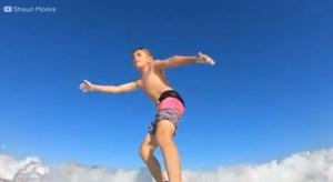 En video: Un tiburón derriba a un niño mientras surfeaba en Florida
