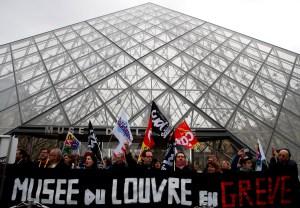 Un grupo de manifestantes impide la apertura del Museo del Louvre en París