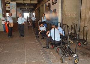 Maleteros desaparecen de los aeropuertos por la crisis en Venezuela (Video)