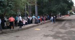 Ciudadanos realizan más de tres horas de cola para poder sellar pasaporte en el Táchira #23Ene (Video)