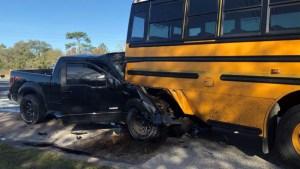 Un muerto y varios niños hospitalizados tras choque de autobús escolar en Hernando