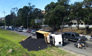 Camión volcado causó fuerte retraso en la autopista Francisco Fajardo este #23Ene (Fotos)