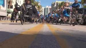 Soldados que se ocupan del costo de la guerra se preparan para montar en bicicleta en el sur de Florida