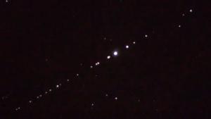 ¿Qué son las extrañas luces alineadas que se ven en el cielo?