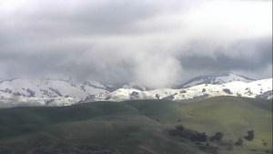Cae nieve en montañas de la Bahía