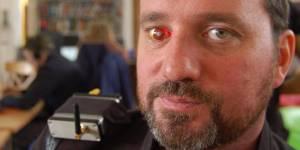 """Cineasta creó un """"ojo rojo"""" al estilo """"Terminator"""" que hace grabaciones de 30 minutos (Fotos y Video)"""