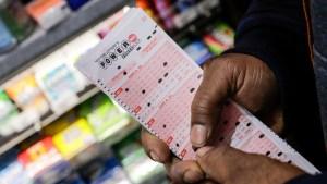 ¡Suertudo! Su madre encontró su billete de lotería perdido y ganó más de 800 mil dólares