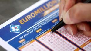 Lotería inglesa busca al ganador de un millón de dólares, quien quizás no lo sabe