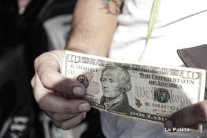 El dólar paralelo, al borde de un nuevo hito, pulveriza el salario de los venezolanos