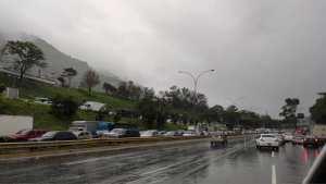 Prevención: Pavimento húmedo y alcabalas generan fuerte retraso en la Autopista Gran Mariscal de Ayacucho #7Jul (FOTOS)