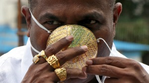 Una fortuna en el rostro: Hombre usa una mascarilla de oro en medio de la pandemia (Video)