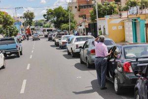 """""""Andaremos a pie o en bicicleta"""": Conductores en Lara temen que no haya gasolina en diciembre"""