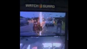 ¡Por poco! Un rayo casi golpea a un policía de tráfico mientras ayudaba a un conductor (VIDEO)