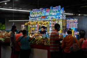 El dólar y el salario ahogan la cesta alimentaria en Venezuela