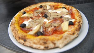 """Un repartidor de pizza de 89 años recibe una propina de 12.000 dólares de su """"Familia TikTok"""" (VIDEO)"""