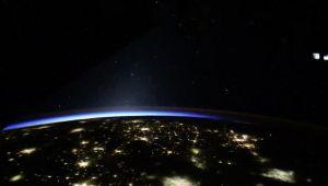 """¿Ovnis? La Estación Espacial Internacional captó unos misteriosos """"chorros azules"""" en el espacio (FOTO)"""