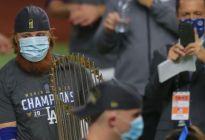 MLB investiga a pelotero de los Dodgers que festejó título de Serie Mundial con sus compañeros estando enfermo con coronavirus