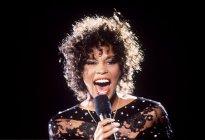 Whitney Houston se alza como primera artista afroamericana con tres discos de diamante