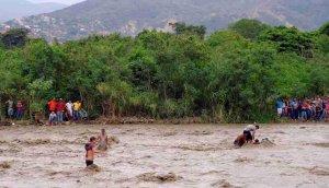 Venezolanos deciden tomar el riesgo de cruzar un río crecido y salir del país