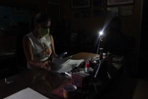Familias del interior de Venezuela viven sin electricidad por falta de transformadores