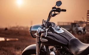 """¡Insólito! Se encadenó a una moto porque no se la vendieron al precio """"mal etiquetado"""" (FOTO)"""