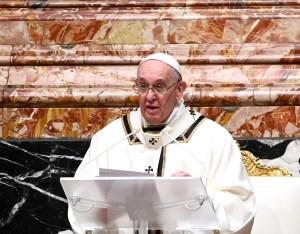 """El papa Francisco pide a los periodistas que """"desgasten las suelas de los zapatos"""" que salgan a la calle"""