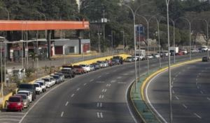"""Denunciaron que Pdvsa, """"mafias del oro"""" y la GN mantienen sin gasolina a los conductores en Bolívar"""