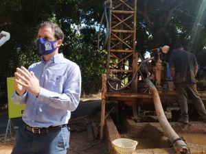 Sayegh inspeccionó perforación de pozo para llevar agua a familias de El Calvario en El Hatillo