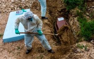 Número de muertes por coronavirus en el mundo aumentó 21% la última semana
