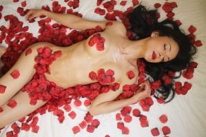 Desnuda y con pétalos de rosas: Actriz de RCTV recreó la icónica escena de American Beauty (FOTOS)