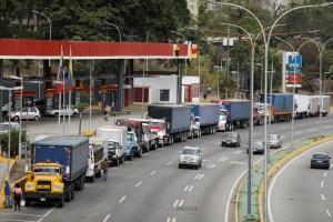En las regiones venezolanas, conductores sacrifican hasta tres días para echar gasolina