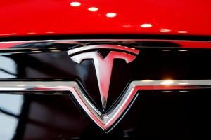 Piloto automático de un Tesla confundió la Luna con un semáforo en amarillo (VIDEO)