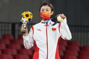 Chen Meng, de 27 años, la jugadora más veterana en ganar el oro olímpico en tenis de mesa femenino individual