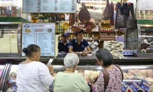 El aumento del dólar paralelo duplica los precios de la comida en Venezuela