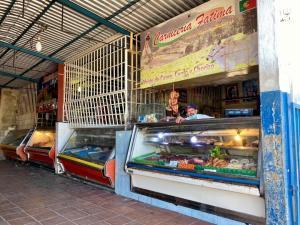Bolívar: Entre basura y aguas negras sobreviven los comerciantes del Mercado de Chirica en San Félix