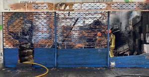 Al menos tres locales destruidos tras un fuerte incendio registrado en el centro de Medellín este #25Oct (IMÁGENES)