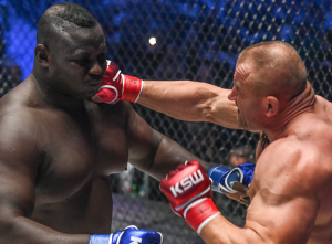 """El """"hombre más fuerte del mundo"""" protagonizó un nocaut fulminante en 18 segundos (VIDEO)"""