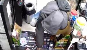 Por intentar robar una tienda en EEUU fue agarrado a golpes por los trabajadores (Video)