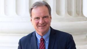 Senador de California planea prohibir armas reales en los sets tras la tragedia que involucró a Alec Baldwin